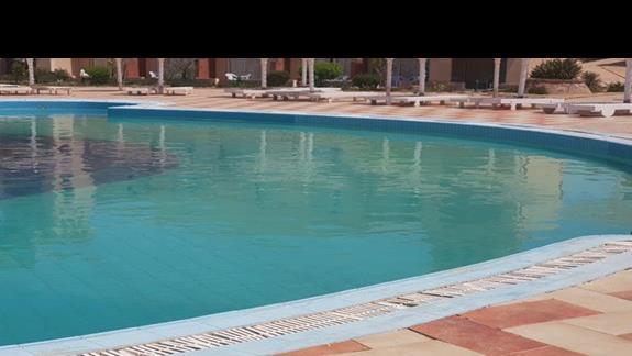 gerujacy basen -zielona woda