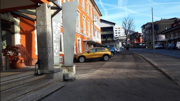 Wygodny parking przed i za hotelem