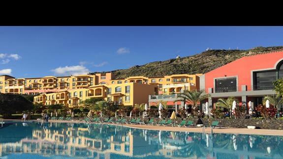 widok hotelu od strony basenów