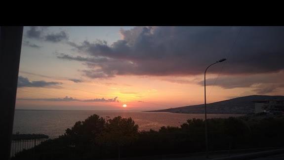 Widok na morze z jadalni znajdujacej sie na sporym balkonie hotelu