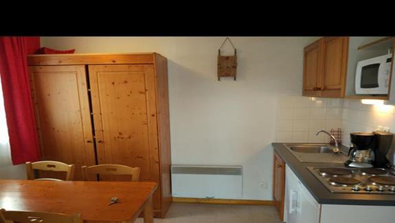 Kuchnia, jedyna szafa w pokoju