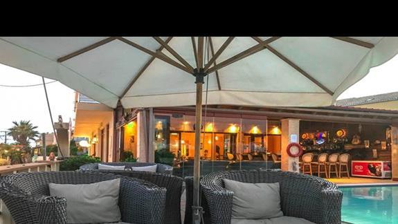 Strefa relaksu - przy hotelowym basenie, wieczorowa pora
