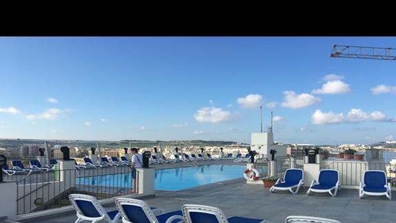 basen na ósmym piętrze, w oddali widzimy malownicze krajobrazy oraz morze