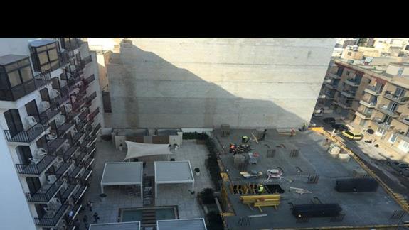 widok z 8. piętra na hotelowe patio