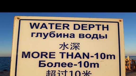 Molo wyprowadza na głęboką wodę, towarzystwo międzynarodowe
