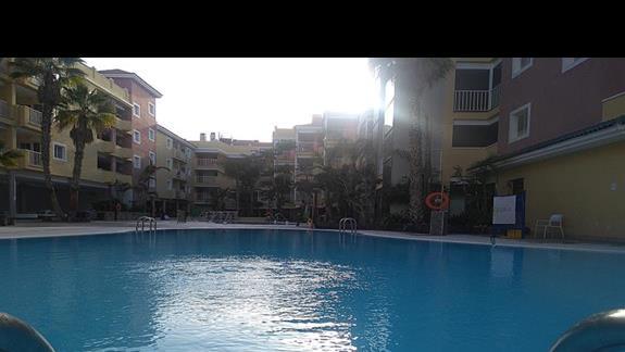 Poranek, widok na basen hotelu Costa Caleta.