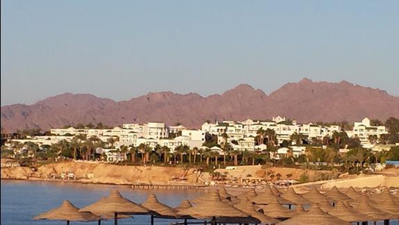 Widok na sąsiedni hotel, poniżej parasole nasze plaży