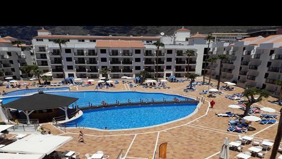 1 basen z podgrzewaną wodą