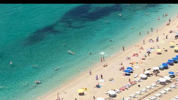 widok z góry na plażę Kleopatry przy samej skale