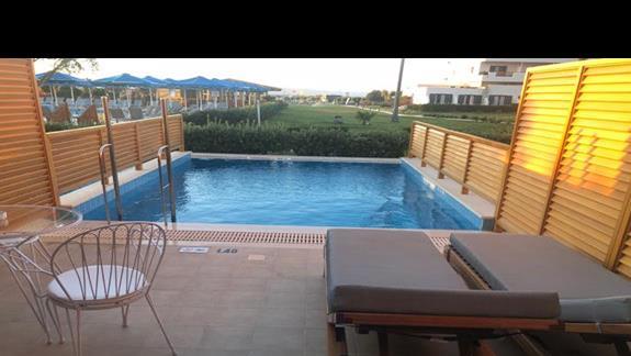 taras w pokoju superior z wyjściem na prywatny basen