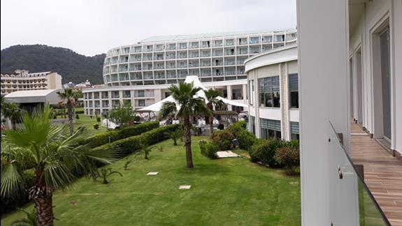 widok z pokoju na budynek Green Nature Diamond
