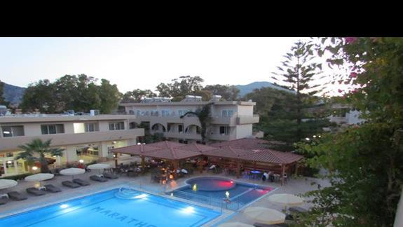 Hotel, bar i basen wieczorem