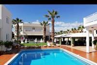 Hotel Magda - basen i boisko do dziwnej gry dla starszych osób
