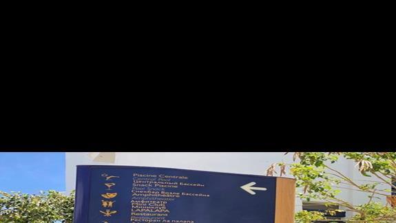 wskazówki przy ścieżkach ułatwiające lokalizację budynków, basenu oraz innych części hotelowych