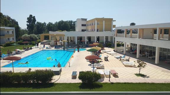 Widok z balkonu pokoju na basen rekreacyjny.
