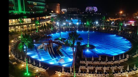 Nocą widok od strony basenów.