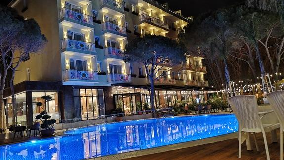 Hotel noca od strony plazy