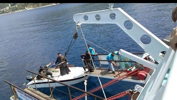 mnisi wsiadają na nasz statek/wycieczka wzdł€ż półwyspu Atos/