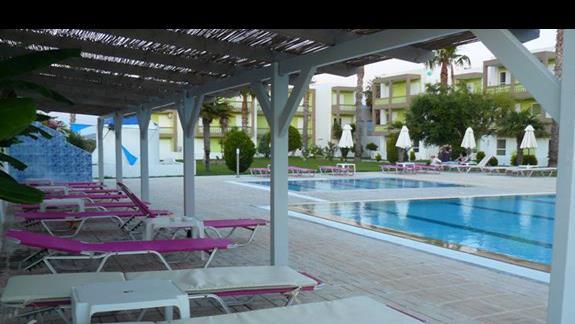 lezaki przy basenie hotelowym