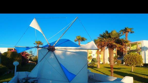wiatrak w ogrodzie hotelu
