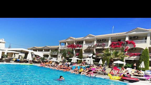 hotel i czesc basenu