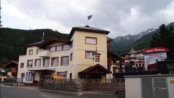 Hotel -widok od ulicy dojazdowej