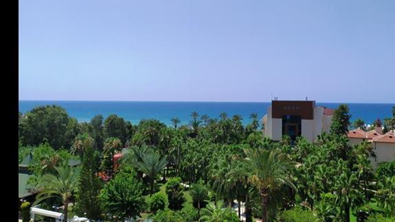 Hotel jest świetnie położony. Warto dopłacić za pokój z widokiem na morze!