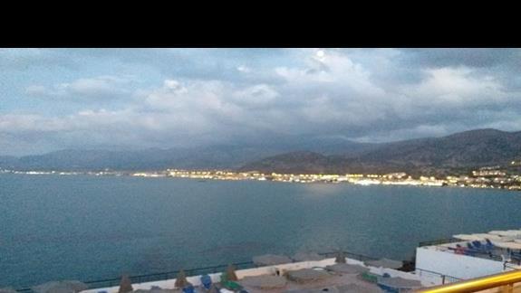 Widok z snack baru na morze i miasto Stalida
