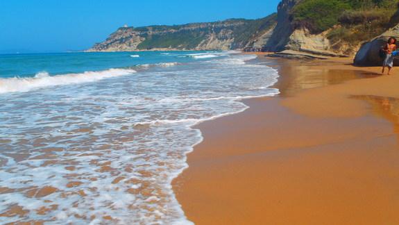 klify omywane przez fale na pobliskiej plaży
