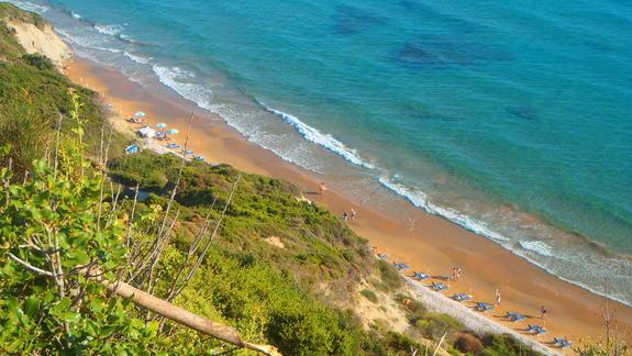piękny widok z klifu na plażę w Arillas