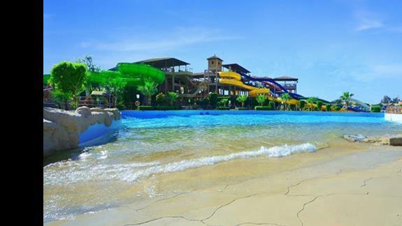 Widok na aqua park od strony małej plaży