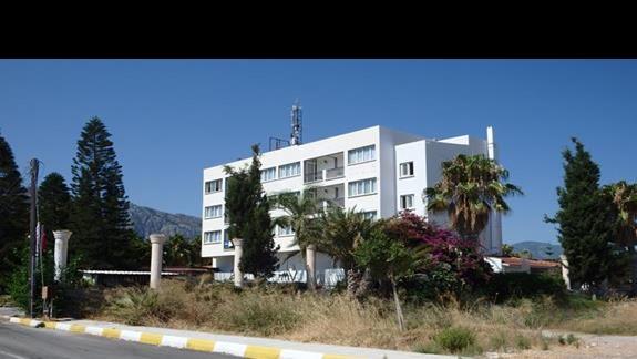 Hotel widziany z drogi dojazdowej.