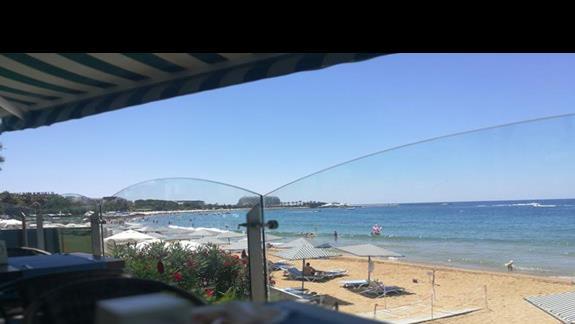 widok z restauracji glównej na plaze