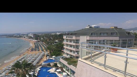 widok z najwyzszego pietra na hotel, plaze i morze