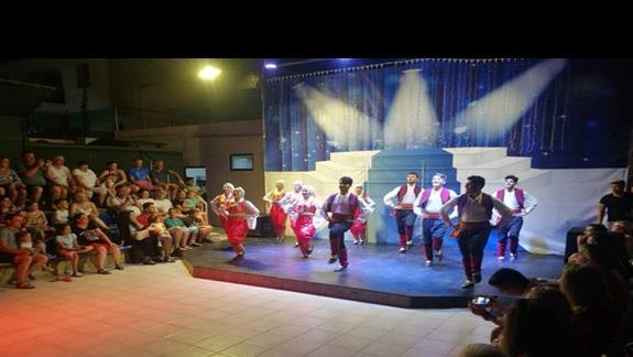 Amfiteatr i pokaz tureckiego tanca ludowego
