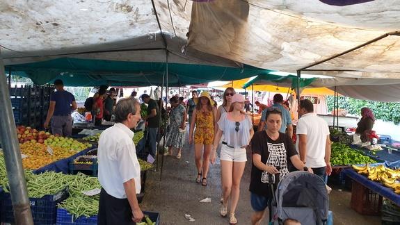 Poniedziałkowy bazar, też niedaleko hotelu