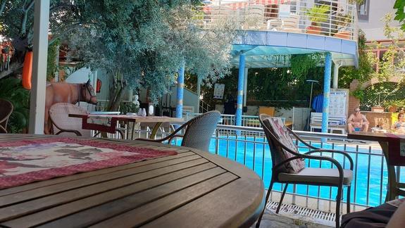 Hotel, część restauracyjna, rzut na basen