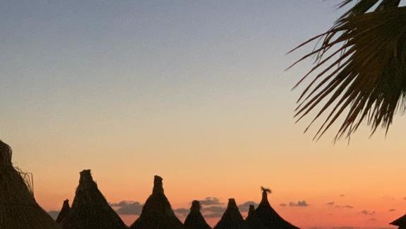 plaża hotelowa o zachodzie słońca