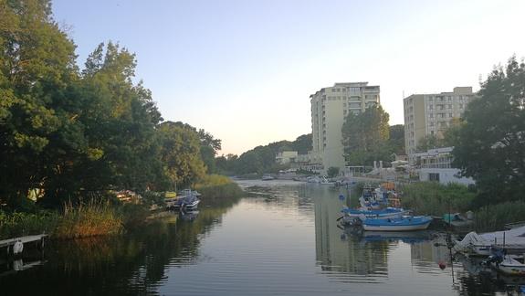 widok na hotel z mostu na rzece