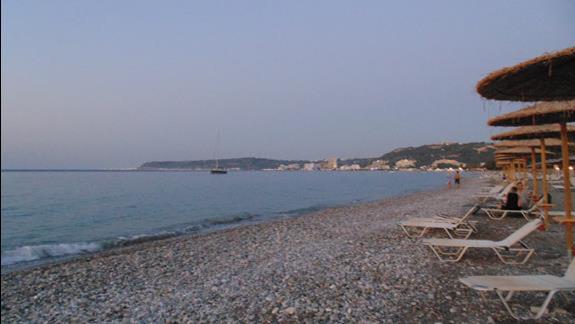 Plaża hotelowa przy zachodzie słońca
