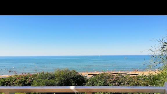 Widok plaży hotelowej z tarasu snac baru