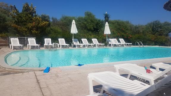 Czysty i zadbany basen hotelowy