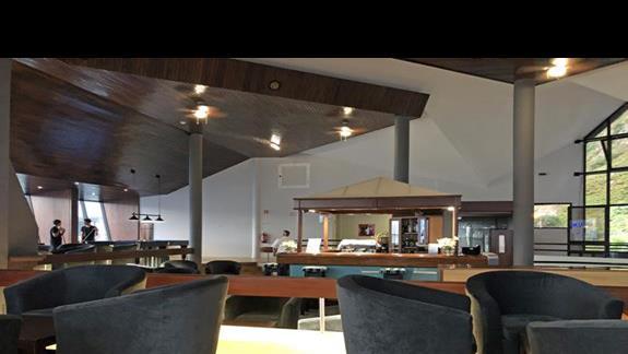 lobby z barem i stołem do bilarda