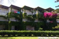 Hotel Apollonia Beach - Budynku hotelu w pobliżu basenu