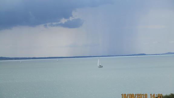 Widok z okna hotelowego na jezioro.