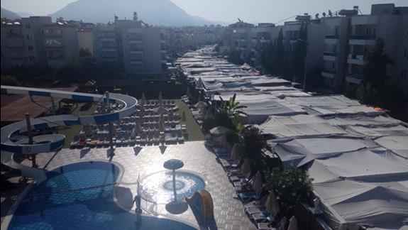 Widok z pokoju na basen i poniedziałkowy bazar