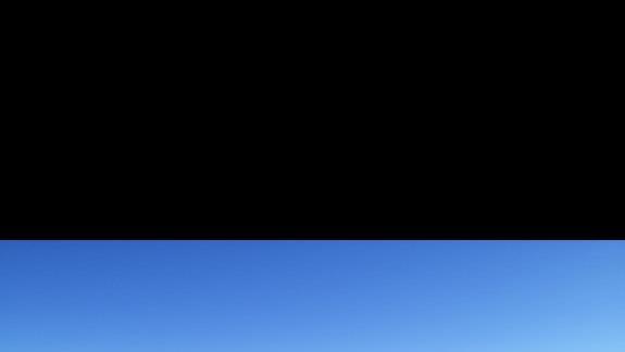Widok z balonu na basen, ogród palmowy i morze