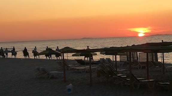 Zachód słońca nad morzem w trakcie wycieczki konnej.
