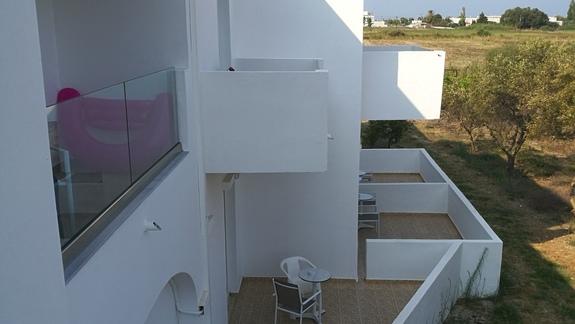 Widok na balkony i tarasy budynków.