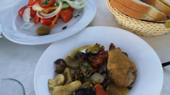 Kawaleczek mięsa z warzywami, do tego porcja warzyw którą trzeba podzielić na dwie dorosłe osoby i chleb ze śniadania który nie jest świeży..